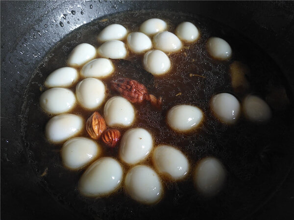 Put the peeled quail eggs into the spice soup,