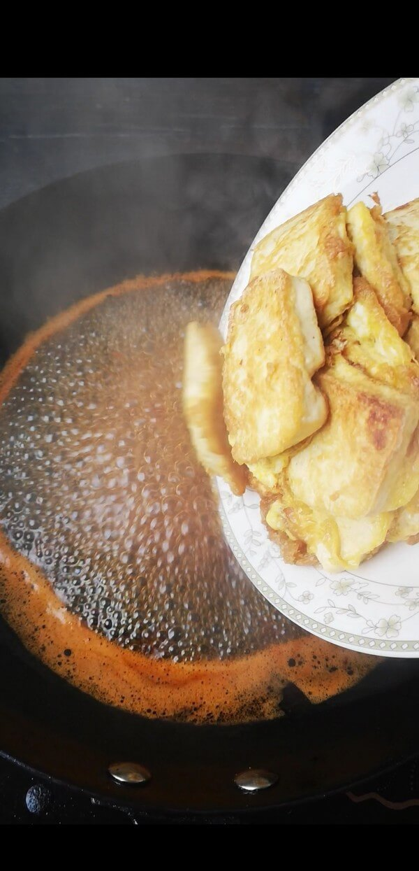 After the oil is hot, add a spoonful of bean paste to fry the red oil,