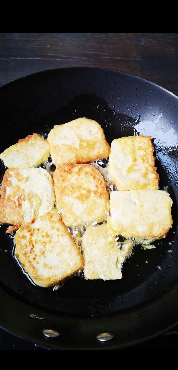 In a frying pan, fry the tofu until golden on both sides