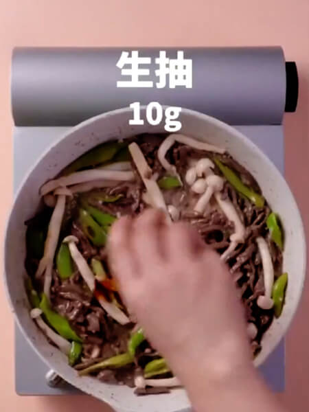 Add 10 grams of soy sauce, 1 gram of salt and stir-fry for 2 minutes.