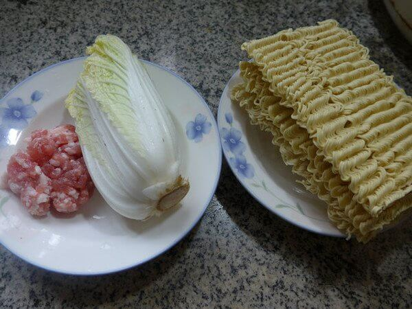 minced pork, baby dishes (washed), corrugated noodles
