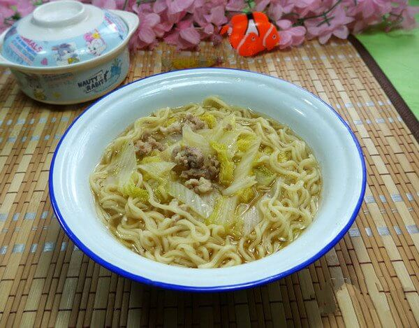 Noodles with baby cabbage and minced pork