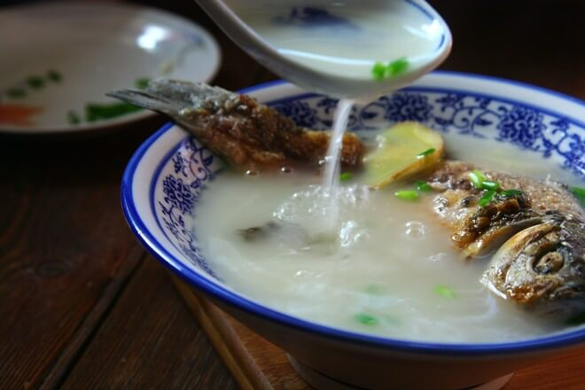 It's time to drink, just add salt and other seasonings into your bowl and pour into crucian carp soup.
