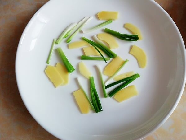 Cut the green onion segments and ginger slices into the plate