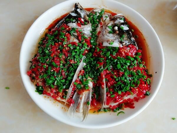 Take out the steamed fish head,