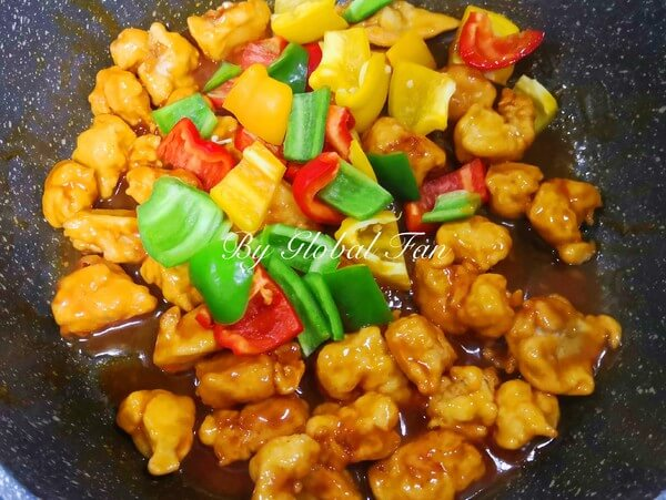Add the prepared green pepper and colored pepper pieces, stir fry evenly.