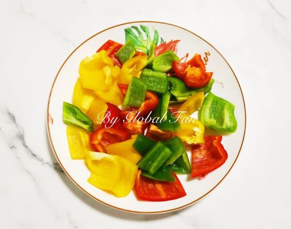 Cut the green pepper and color pepper into pieces and set aside.