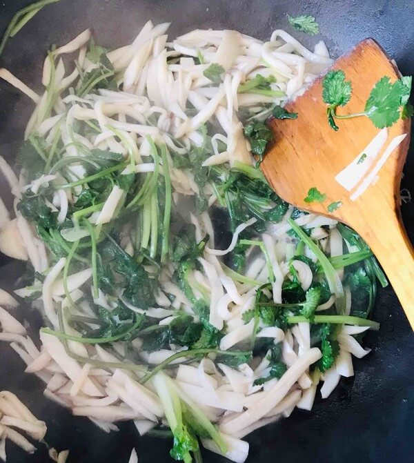 Pour cilantro and stir-fry for a long time.