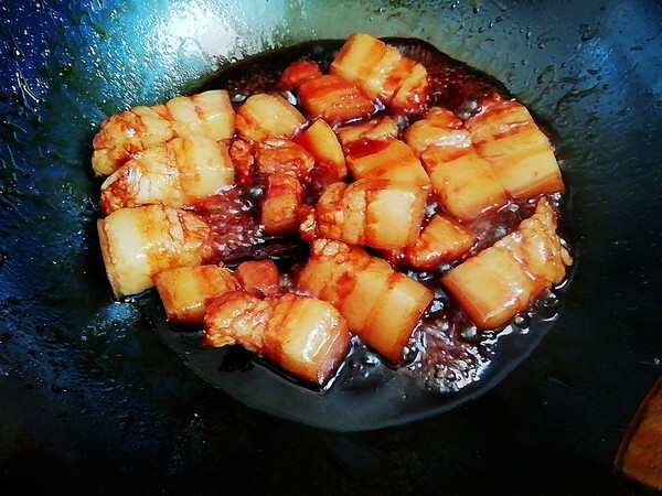 Add soy sauce, oyster sauce, cooking wine, stir fry evenly.