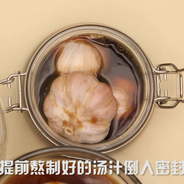 Put the garlic in the sealed jar and pour the pre-cooked soup into the sealed jar