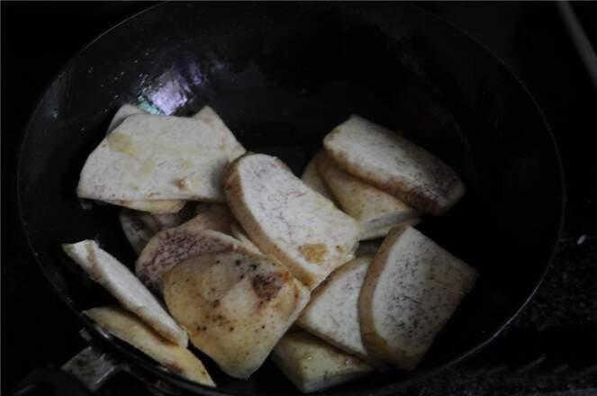 Stir fry the taro